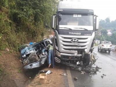 Ôtô bẹp dúm sau va chạm, một người chết