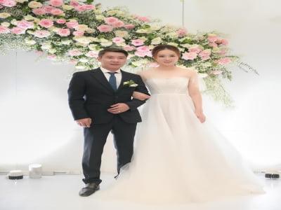 Bạn gái kém 15 tuổi khóc nức nở trong đám cưới với NS Công Lý