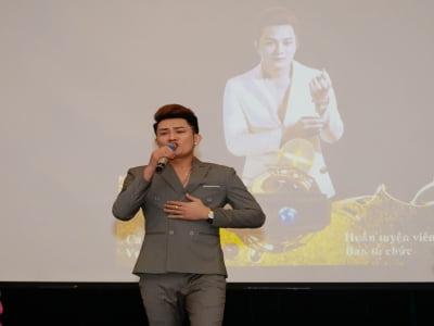 Ca sĩ Vương Triệu Anh đã tự lái xe chạy ra miền trung làm từ thiện.