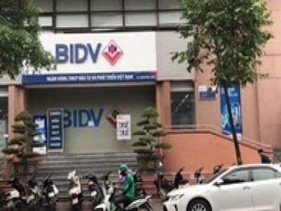 Hai tên cướp bịt mặt nổ súng cướp hàng trăm triệu đồng Ngân hàng BIDV trên phố Hà Nội
